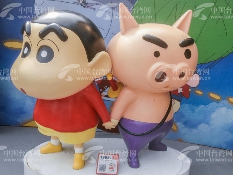 蜡笔小新25周年纪念特展在北京开展。 4月18日6月22日蜡笔小新25周年纪念特展在北京开展,吸引了不少市民游客。此次北京蜡笔小新展览集合了近50组身高105公分的1:1比例的蜡笔小新,是国内最大规模的小新主题展览。