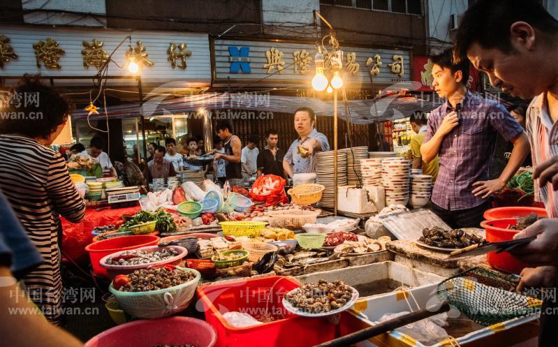 汕头老城区,拥挤热闹的海鲜美食街