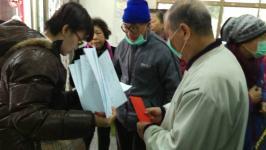 社会局人员发放受灾住户慰问金