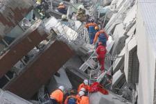 台南地震 救灾人员寻找生还者