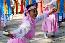 河北邯郸:姊妹花艺术团公园里秀歌舞