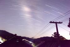 贵州台江:绚丽星轨绕苗寨