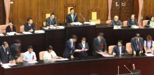 台湾地区立法机构领导人苏嘉全宣布投票结果