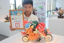 台湾一年级中学生蒋秉叡,以喜爱的重机为主题创作