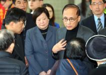台湾地区行政管理机构负责人林全前往二殡向罹难者家属致哀