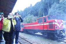 阿里山小火车戴上防污口罩滤烟器