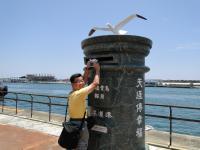 香港游客在花莲港邮寄风景明信片给亲友