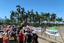 台湾玛家乡长梁明辉带领乡民抗议业者倾倒不明回填物
