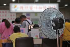 """台湾花莲和平电厂电塔被""""尼莎""""台风吹倒,供电受影响"""