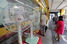 台湾3C卖场为配合民间节电,纷纷将电风扇摆在门口显著位置