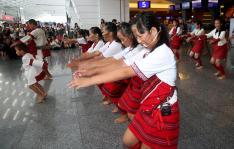 台湾南投县仁爱乡的赛德克巴兰社青年舞团在台北桃园机场快闪演出