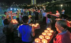 台湾地区中元普渡法会活动,许多民众到场体验传统中元普度
