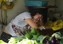 贵阳:卖菜的女商贩起得早