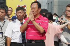 鸿海集团总裁郭台铭亲自迎接湄洲妈祖