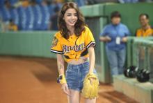 艺人李毓芬为台湾中华职棒季后挑战赛开球