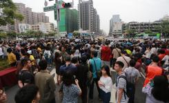 台湾高雄青年路悬日欲现身 吸引大批民众前来拍摄