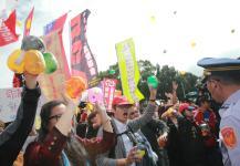 台湾秋斗团体扛着铁链前往台湾地区领导人办公室前抗议