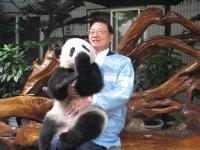 江丙坤与大熊猫亲密接触