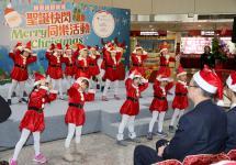 """台北桃园机场公司举行""""圣诞快闪""""活动"""