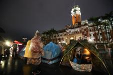 """台湾""""时代力量党团""""抗议再修""""劳基法"""" 搭起帐篷夜宿雨中"""