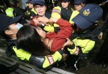 """台湾抗议劳团前往月台卧轨抗议""""劳基法修恶"""""""