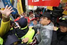 台湾劳团持续在台湾地区立法机构外绕行抗议
