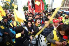 """台湾地区""""劳基法""""修正三读通过 众劳团高喊""""劳权""""已死"""