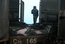 卸煤女工用铁锹撑起一个家