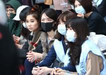 """台湾长荣航空空服员不满""""过劳班表"""" 57小时接力静坐抗议"""