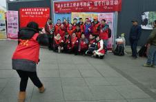 贵阳志愿者让返乡农民工带本书回家