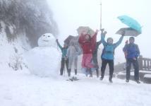 台湾北市大屯山助航站附近下起大雪