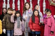 Selina与苏打绿团长阿福陪同家扶中心小朋友一起做花灯