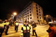 花莲强震大楼损毁 居民避难户外在黑暗中等待黎明
