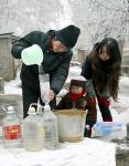 贵阳:天寒地冻 消防官兵送水来