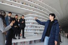 """""""玩转天津""""台湾青年参访滨海图书馆"""