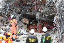 花莲余震不断 搜救人员冒着被活埋的危险挺进瓦砾堆底下救人