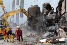 花莲强震造成多栋大楼倾倒 市区多处地面隆起
