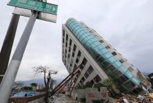 花莲强震已造成9死200多人受伤 救难人员把握黄金抢救时间