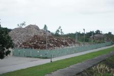 花莲强震产生的营建废弃物堆成小山
