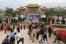 全球的数万名游客及信众涌入佛光山参加2018春节灯法会