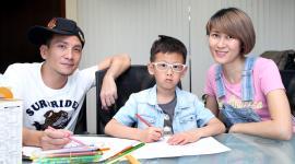 高山峰与妻子畲琼薇陪伴着儿子画画