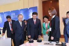 陈德铭、郁慕明等参观《首届中华设计奖优秀作品展》