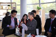 设计精英交流座谈会嘉宾参观宁波市大学科技园展厅