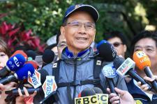 台湾知名人士游锡坤于观音山硬汉岭登山