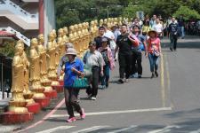 台湾民众清明时节纷纷出行扫墓
