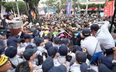 反年改团体抗议继续,冲突中多人受伤