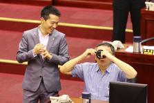 台北市政总质询,柯文哲拒绝在反深澳电厂联署板上签名