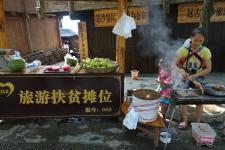 贵州从江:岜沙苗寨景区建起旅游扶贫摊位
