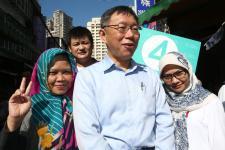 台北市长柯文哲前往北投市场扫街拜票