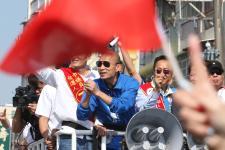 国民党高雄市长候选人韩国瑜在桥头区车队扫街拉票